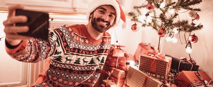 Single-Mann an Weihnachten alleine macht Selfie