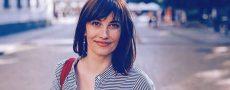 Weiblicher Dauersingle lächelt in Kamera