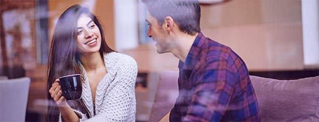 """Frau fragt sich beim Date im Café """"Wie mache ich mich interessant?"""""""