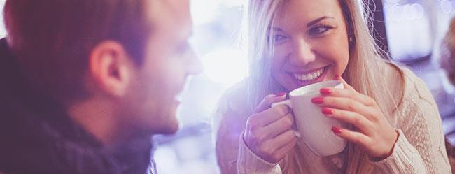 Mann und Frau teilen verliebt Blickkontakt
