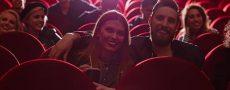 Frau um Mann haben Date im Kino