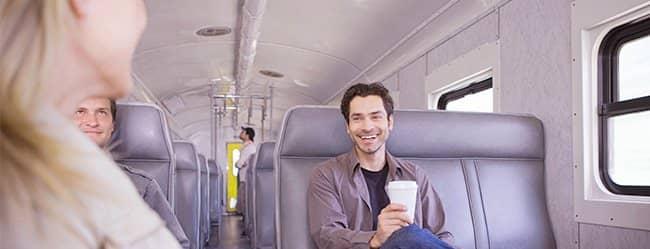 Frau im Zug weiß nicht, wie sie Männer ansprechen soll