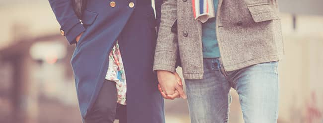 """Mann und Frau Hand in Hand fragen sich:""""Wohin beim ersten Date?"""""""
