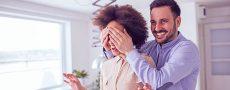 Mann macht seiner potentiellen Freundin eine romantische Überraschung