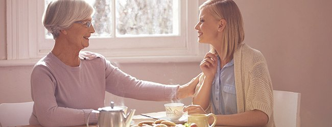 Single-Frau hört einen der typischen Single Sprüche von ihrer Mutter