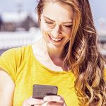 Frau am Handy bei der Partnersuche online
