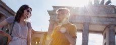 Zwei Singles in Berlin haben ein Date am Brandenburger Tor