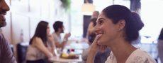 Kennenlernphase: Frau und Mann sitzen im Restaurant