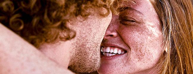 """Mann fragt sich """"Liebt sie mich?"""" und geht mit Kuss auf strahlende Frau zu"""