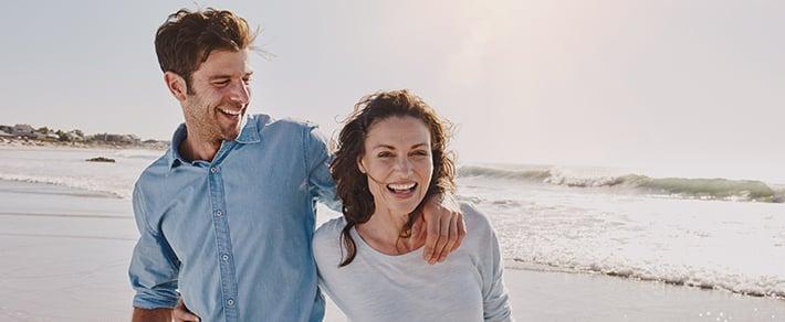 Pärchen am Strand hat die Partnersuche ab 50 beendet