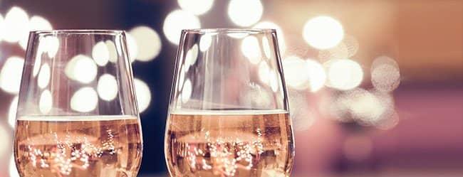 Zwei Weingläser als Symbol für einen romantischen Abend