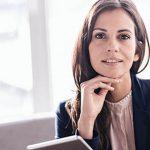 Intelligente Frauen durch Stereotyp einer Akademiker Frau im Businesslook verkörpert