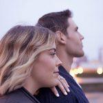 Ein Paar blickt nachdenklich in die Ferne und schweigt darüber, was sie eigentlich am Partner verändern möchten
