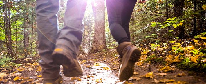 Mann und Frau beim Wandern als Date-Idee für den Herbst