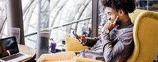 Mann am Handy informiert sich über kostenlose Singlebörsen