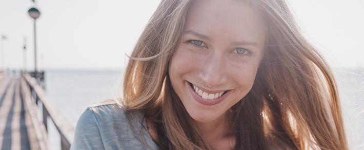 Frau lächelt in Kamera als Symbol für Freundin finden