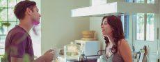 Paar streitet sich in der Küche