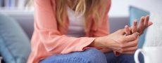 Frau spielt an ihrem Ehering, denkt über Untreue nach