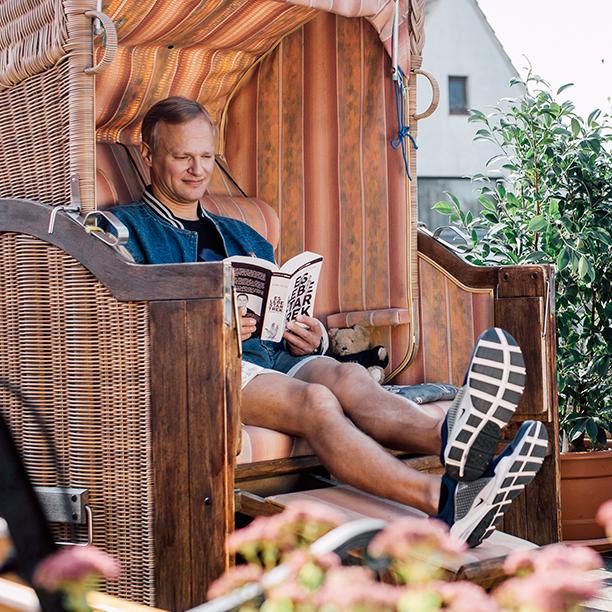 Single Peter lehnt sich mit einem guten Buch zurück. Jetzt mehr erfahren!