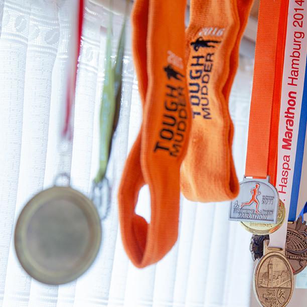 Single Peter vom Timmendorfer Strand zeigt seine Medaillen. Jetzt mehr erfahren!