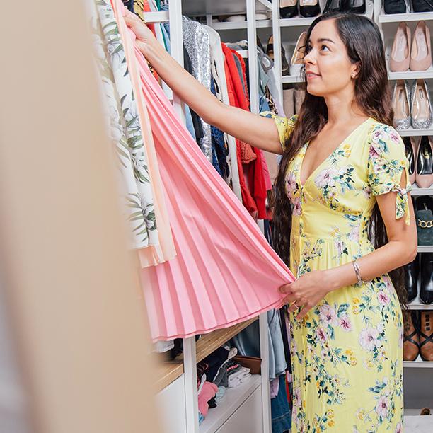 Single Sarah gewährt einen Einblick in ihr Ankleidezimmer. Jetzt mehr lesen!
