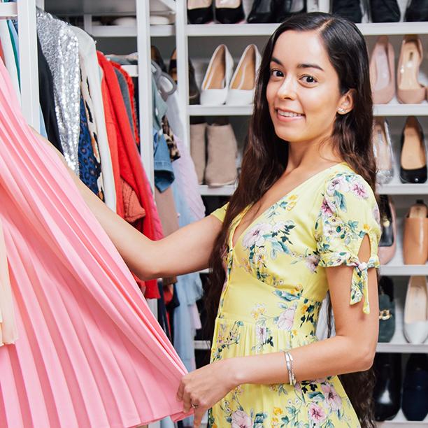 Ihren Kleiderschrank zeigt Single Sarah gerne. Jetzt mehr erfahren!