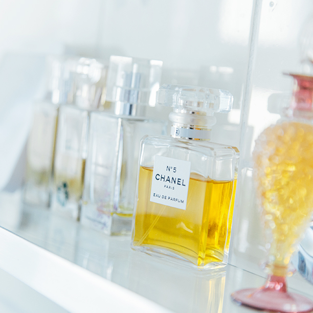 Single Sarah aus Stuttgart zeigt mit dem Parfumregal ihren Sinn für Deko!