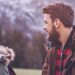 Eine Single-Frau und ein Single-Mann treffen sich zum Corona-Dating im Winter