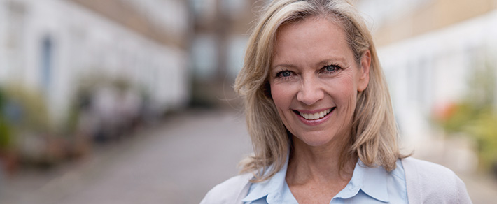 Frau ab 50 lächelt in Kamera