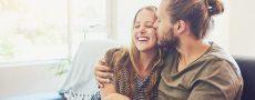 Ein Paar verbringt gerne Zeit miteinander während Corona und fühlt sich in der eigenen Beziehung gestärkt