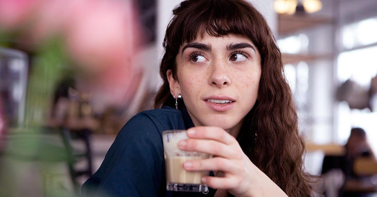 Frau schaut ihr Date nach einem typischen No-Go entgeistert an